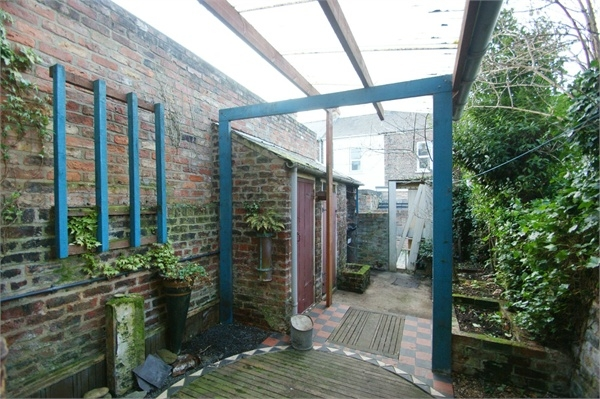 And the garden has the same floor as the kitchen.  Is it a failed extension, or did the walls fall off one of the downstairs rooms?